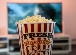 pudełko popcornu przed tv
