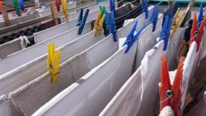 pranie wiszące na sznurkach
