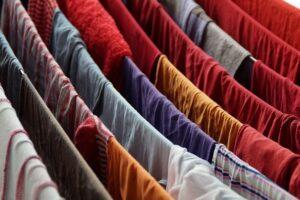pranie rozwieszone na sznurkach