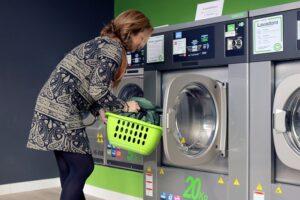 kobieta wyciąga pranie z pralko-suszarki