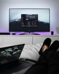 telewizor OLED na ścianie