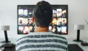 mężczyzna przed telewizorem smart