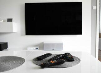 telewizor w salonie na ścianie