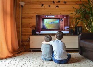 dzieci i telewizor w sypialni