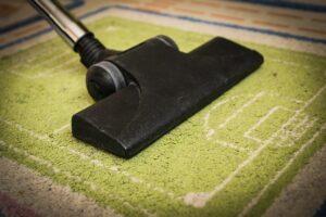 odkurzacz piorący czyści dywan
