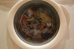 pralka pierze ubrania