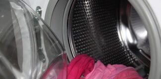 kolorowe pranie w bębnie pralki